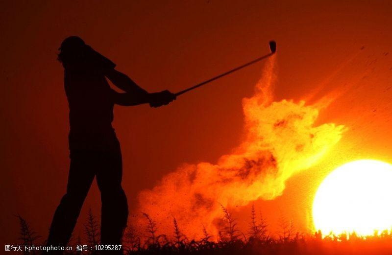 高尔夫挥杆动作夕阳高尔夫挥杆图片